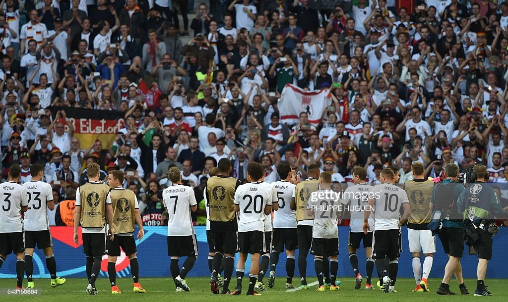 Germany's players celebrate after the Euro 2016 round of 16 football match between Germany and Slovakia at the Pierre-Mauroy stadium in Villeneuve-d'Ascq, near Lille, on June 26, 2016. / AFP / PHILIPPE