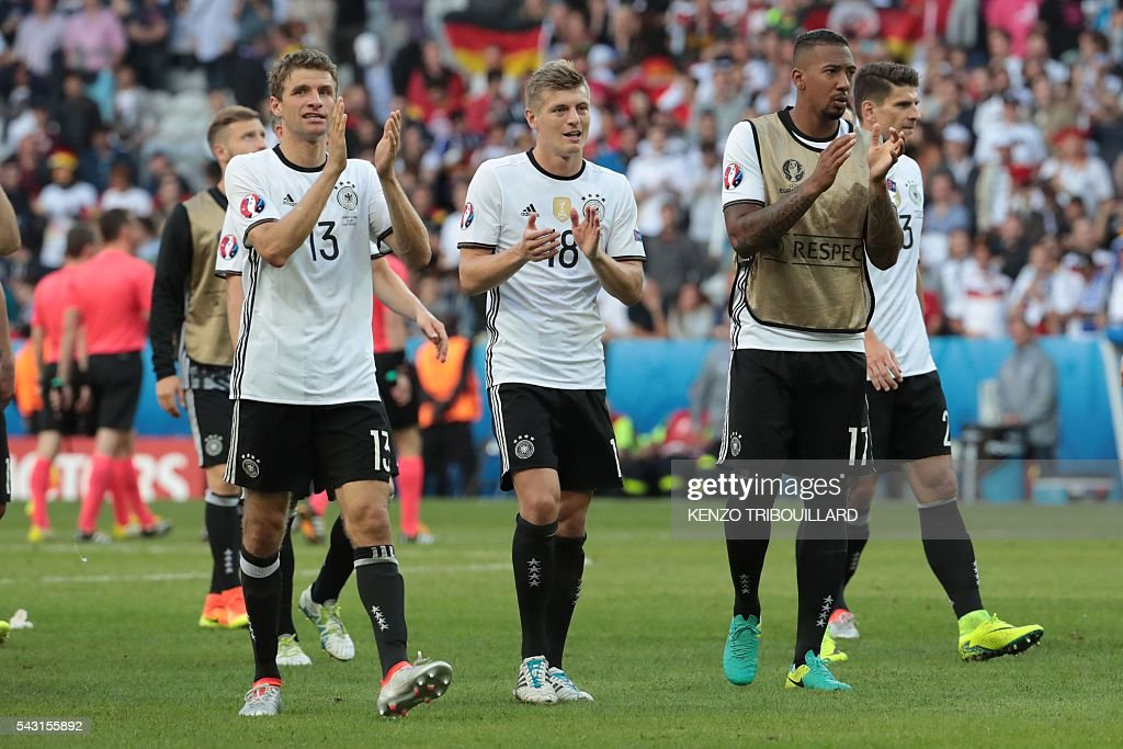 Germany's players celebrate at the end of the Euro 2016 round of 16 football match between Germany and Slovakia at the Pierre-Mauroy stadium in Villeneuve-d'Ascq near Lille on June 26, 2016. / AFP / KENZO