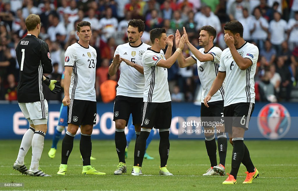 Germany's players cheer before the Euro 2016 round of 16 football match between Germany and Slovakia at the Pierre-Mauroy stadium in Villeneuve-d'Ascq, near Lille, on June 26, 2016. / AFP / PHILIPPE