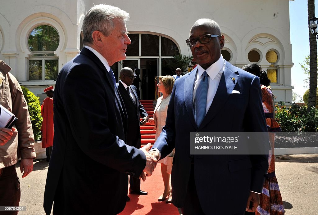Germany's President Joachim Gauck shakes hands with his Malian counterpart Ibrahim Boubacar Keita upon his arrival on Bamako on February 12, 2016. Germany heads the military training mission in Mali (EUTM) and will send up to 650 soldiers to Mali, to provide some relief to France in its global fight against the Islamic State jihadists. / AFP / HABIBOU KOUYATE