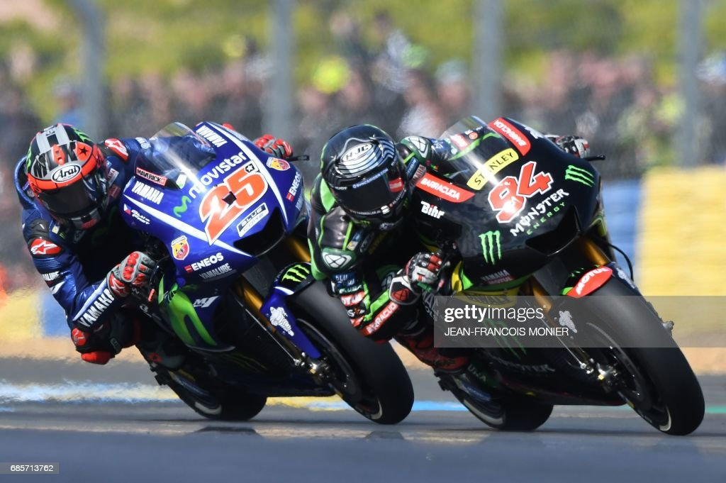 Germany's rider Jonas Folger (R) competes on his Monster Yamaha TECH 3 MOTOGP N°94 in front of Spain's rider Maverick Vinales competes on his Movistar Yamaha MOTOGP N°25 during a motoGP free practice session, ahead of the French motorcycling Grand Prix, on May 20, 2017 in Le Mans, northwestern France. /
