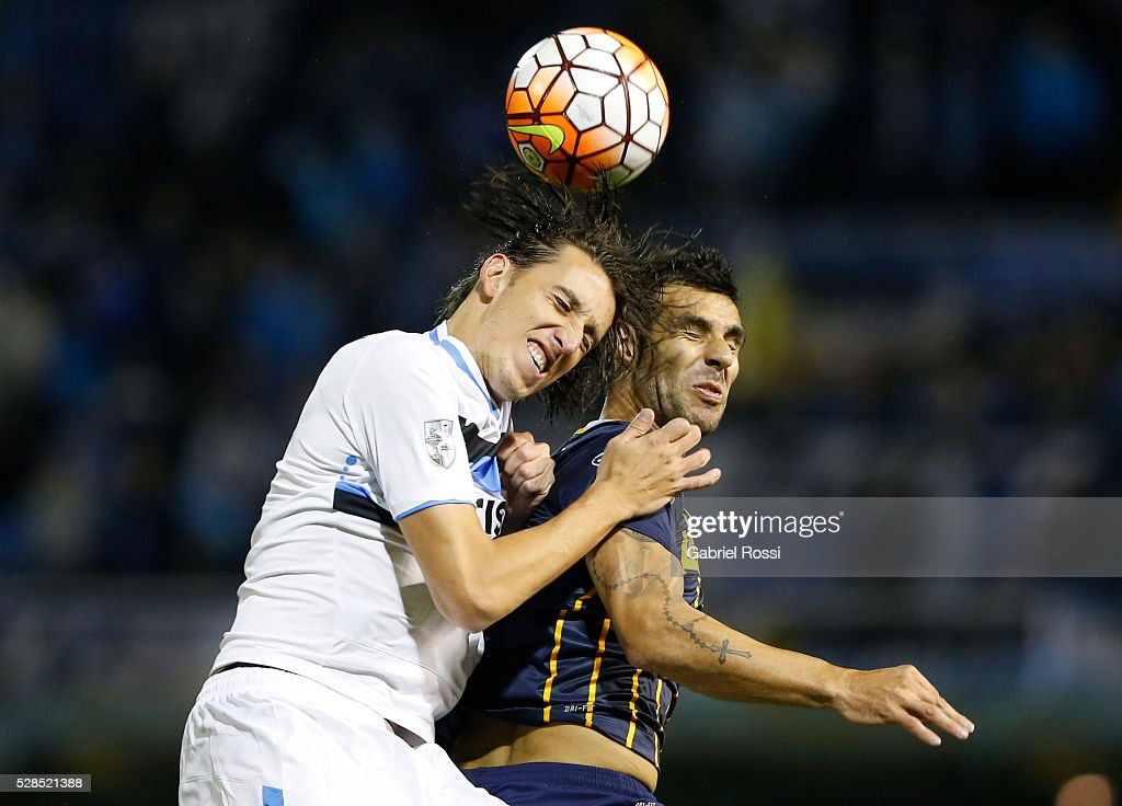 Geromel of Gremio (L) fights for the ball with Javier Correa of Rosario Central (R) during a second leg match between Rosario Central and Gremio as part of Copa Bridgestone Libertadores 2016 as part of round of 16 of Copa Bridgestone Libertadores 2016 at Gigante de Arroyito Stadium on May 05, 2016 in Rosario, Argentina.