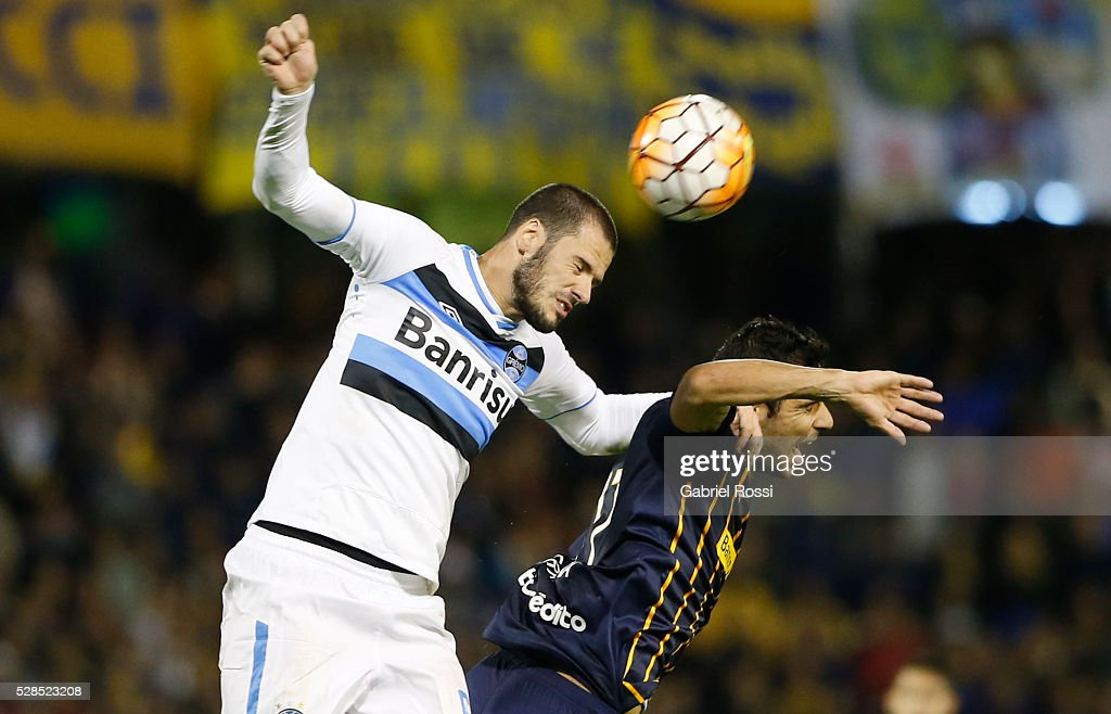 Geromel of Gremio fights to head the ball with Javier Correa of Rosario Central during a second leg match between Rosario Central and Gremio as part of Copa Bridgestone Libertadores 2016 as part of round of 16 of Copa Bridgestone Libertadores 2016 at Gigante de Arroyito Stadium on May 05, 2016 in Rosario, Argentina.