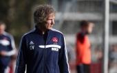 Gertjan Verbeek new headcoach of 1 FC Nuernberg observes a practicing session on October 22 2013 in Nuremberg Germany