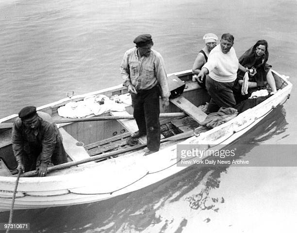 Gertrude Ederle Swimming The English Channel Gertrude Ederle Stock ...