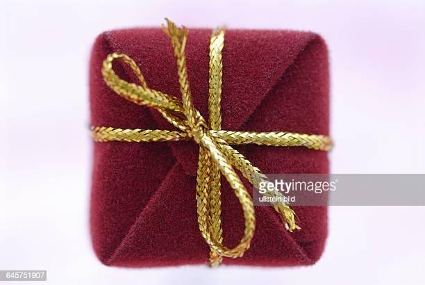 Geschenk Geschenke Päsent Päsente rotes rote goldene Schleife Schleifen Weihnachten Weihnacht AdventWeihnachtsfest Bescherung Weihnachtsgeschenk...