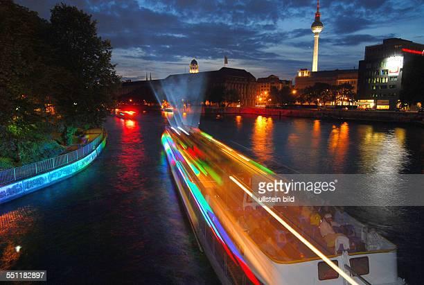 Gestern abend startete die erste AquarellaBerlin auf der Spree mit Lichtshow Feuerwerk und SchiffsWasserballet Hier beim ersten Stop an der...