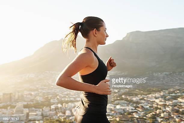 Sich in eine Joggingrunde bei Sonnenaufgang