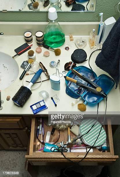 salle de bain maquillage photos et images de collection getty images. Black Bedroom Furniture Sets. Home Design Ideas
