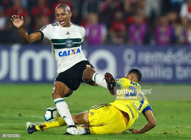 Geuvanio of Flamengo struggles for the ball with Marcio of Coritiba during a match between Flamengo and Coritiba as part of Brasileirao Series A 2017...