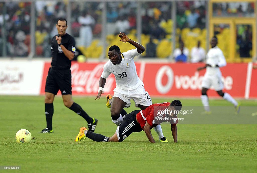 Ghanaian Kwadwo Asamoah (L2) vies his Egyptian rival during the 2014 World Cup African qualifying first leg play-off match between Ghana and Egypt on October 15, 2013 at Baba Yara Stadium in Kumasi of Ashanti, Ghana.