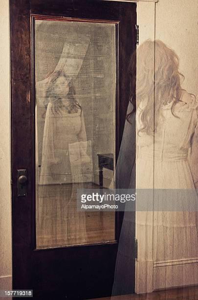 Ghostly reflet dans le miroir-je