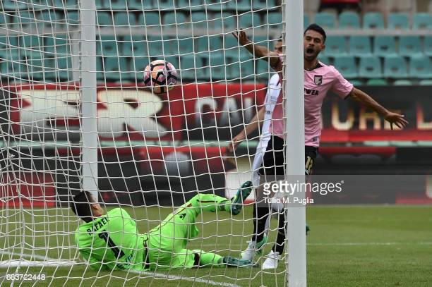 Giancarlo Gonzalez of Palermo scores the opening goal during the Serie A match between US Citta di Palermo and Cagliari Calcio at Stadio Renzo...