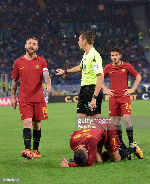 Gianluca Rocchi Daniele De Rossi Lorenzo Pellegrini Alessandro Florenzi during the Italian Serie A football match between AS Roma and SSC Napoli at...