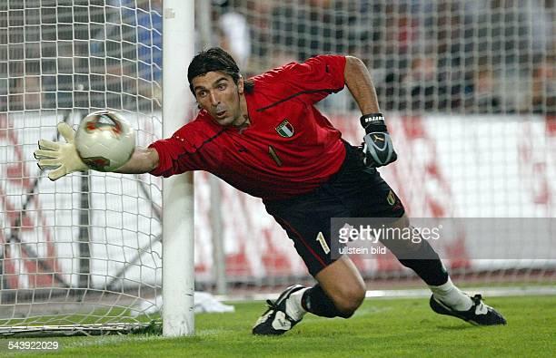 Gianluigi Buffon Torhueter Nationalmannschaft Italien hechtet sich nach dem Ball