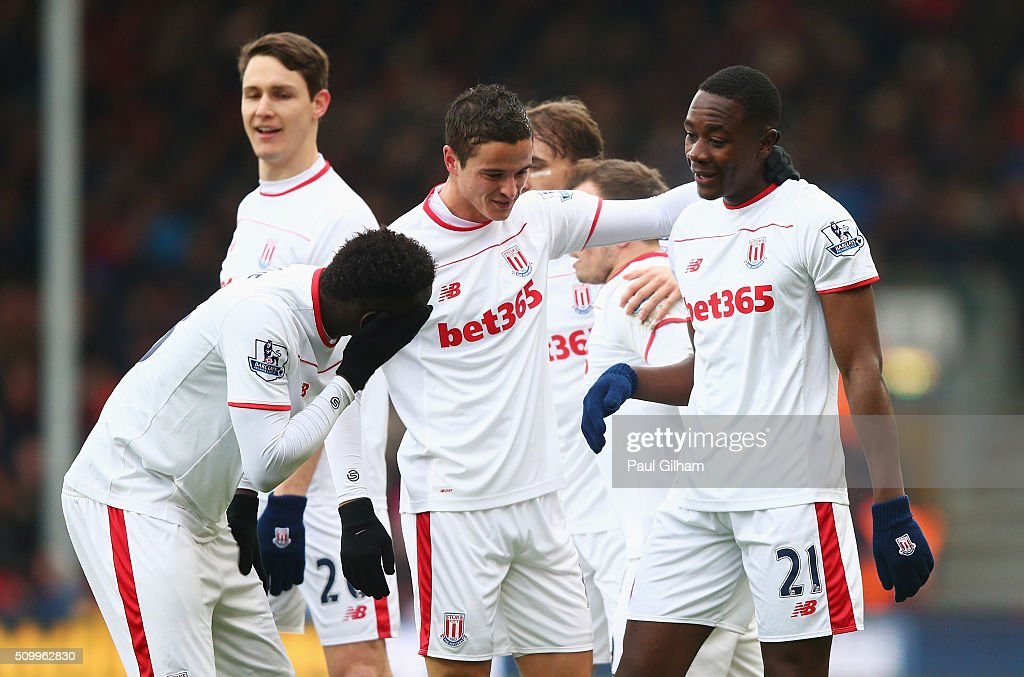 <a gi-track='captionPersonalityLinkClicked' href=/galleries/search?phrase=Giannelli+Imbula&family=editorial&specificpeople=11355911 ng-click='$event.stopPropagation()'>Giannelli Imbula</a> (R) of Stoke City celebrates scoring his team's first goal with his team mates during the Barclays Premier League match between A.F.C. Bournemouth and Stoke City at Vitality Stadium on February 13, 2016 in Bournemouth, England.