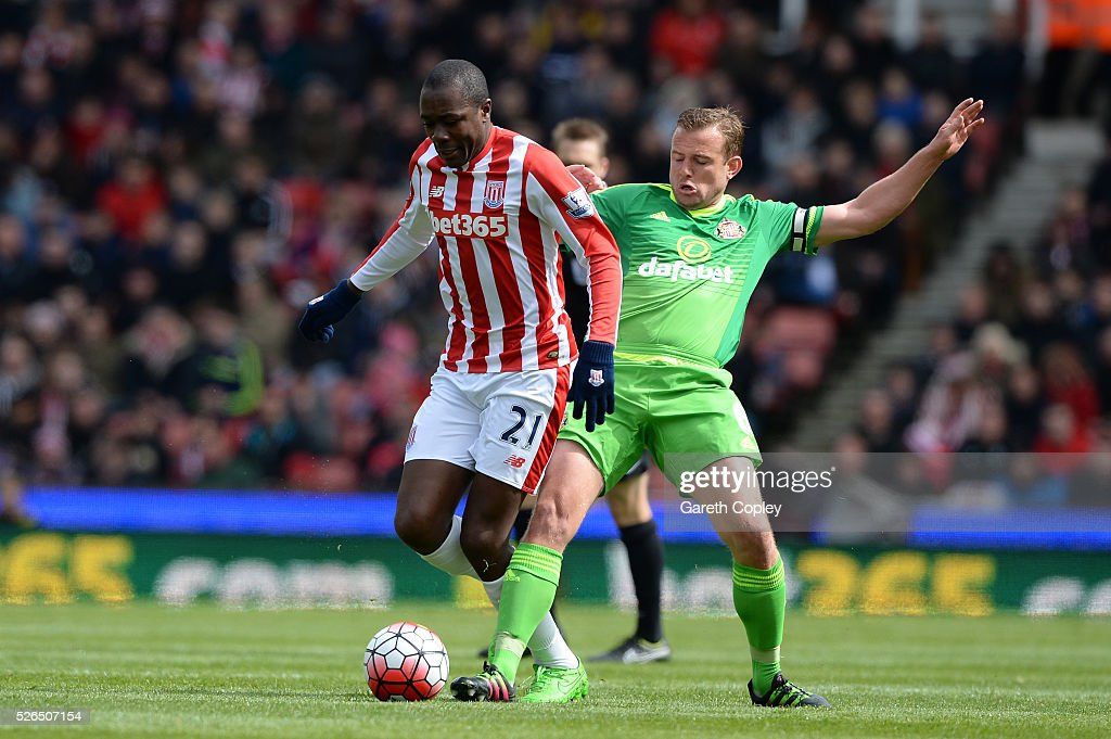 Giannelli Imbula of Stoke City holds off Lee Cattermole of Sunderland during the Barclays Premier League match between Stoke City and Sunderland at the Britannia Stadium on April 30, 2016 in Stoke on Trent, England.