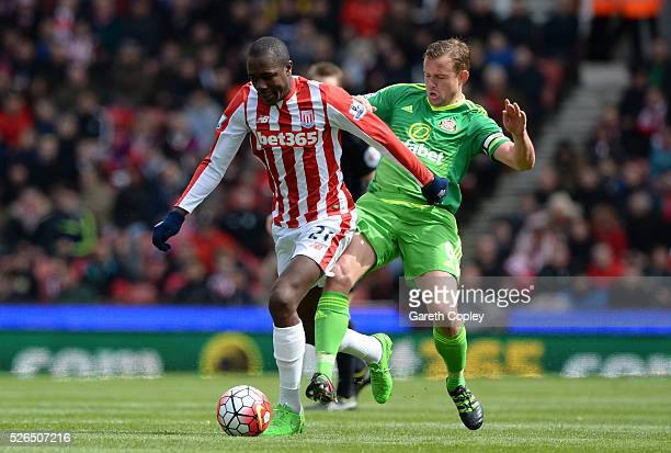 Giannelli Imbula of Stoke City holds off Lee Cattermole of Sunderland during the Barclays Premier League match between Stoke City and Sunderland at...