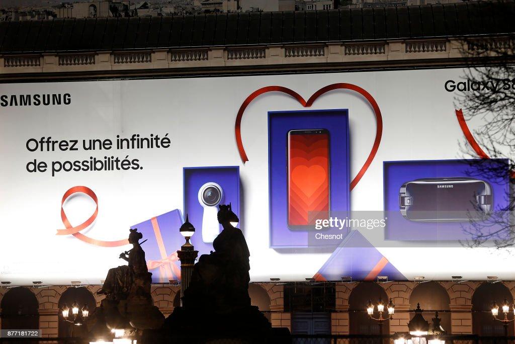 Advertising For Samsung Galaxy S8 Gear 360 VR Displayed On place De la Concorde In Paris