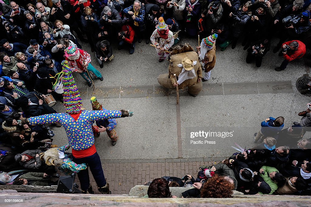 A giant called ''Miel Otxin'', a symbol of the carnival is carried during the ancient rural carnival in the small village of Lantz.
