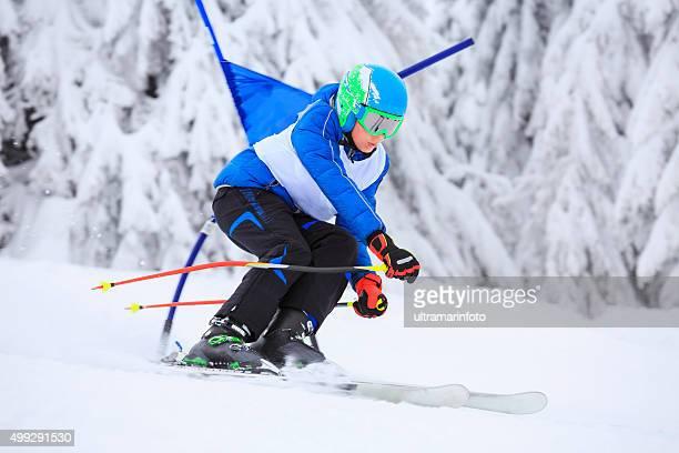 Giant slalom-Rennen eine junge teenager Schnee Ski Alpin