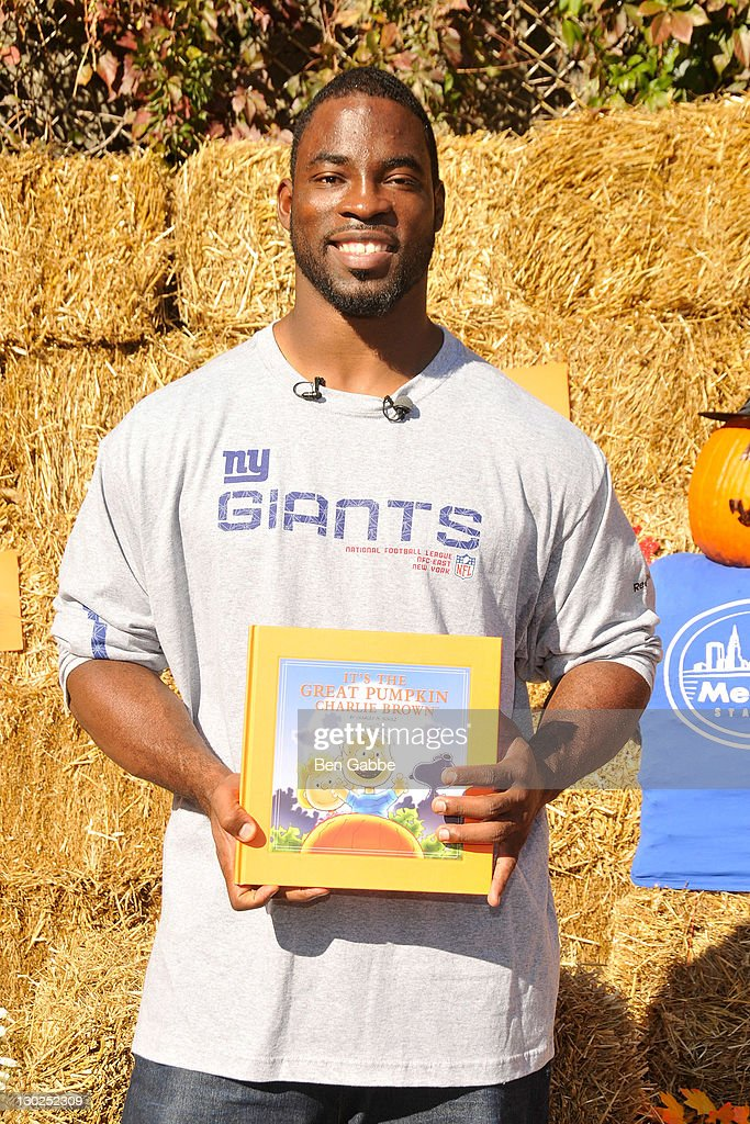 Giants Defensive End Justin Tuck reads 'It's The Great Pumpkin Charlie Brown' at PS 019 on October 25 2011 in New York City