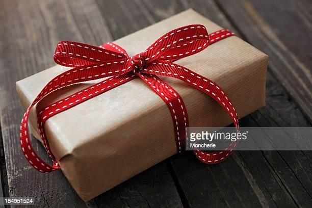Scatola regalo su un vecchio sfondo in legno