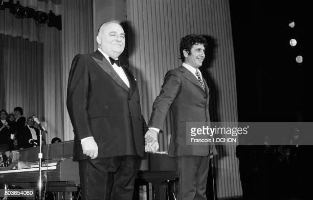 Gilbert Bécaud et Bruno Coquatrix sur la scène de l'Olympia après le concert du chanteur à Paris le 23 octobre 1975 en France