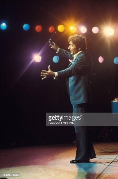Gilbert Bécaud sur scène circa 1970 à Paris France
