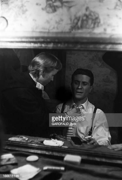 Gilbert Becaud On Stage Avant une représentation Gilbert BECAUD dans sa loge se prépare à entrer sur scène Une maquilleuse ou habilleuse ajuste sa...
