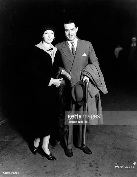 Gilbert John *10071897 Schauspieler USA mit seiner Frau Ina Claire bei der Rueckreise von ihrer Hochzeitsreise um 1931 Foto Hunter Peter Berlin