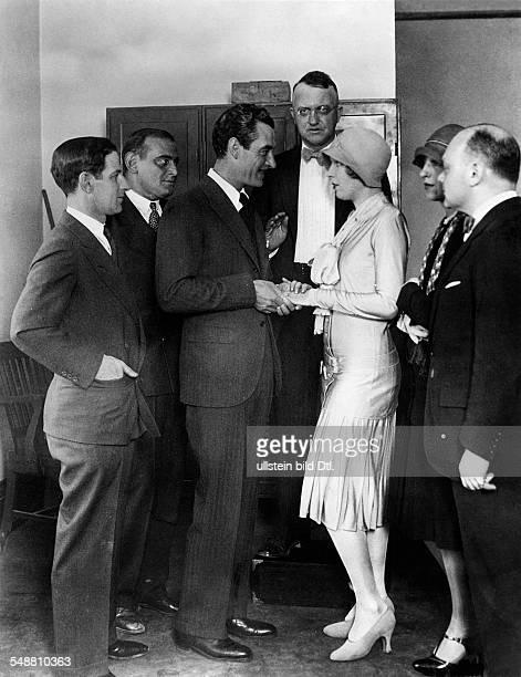 Gilbert John Schauspieler USA Bei seiner Hochzeit mit Ina Claire im Clark Couty Courthouse in Las Vegas Nevada Die Hochzeitsgesellschaft vlnr HE...