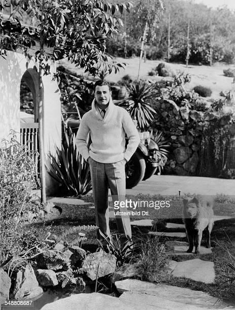 Gilbert John Schauspieler USA im Garten seines Heimes in Hollywood Mit seinem Hund Chow 1931