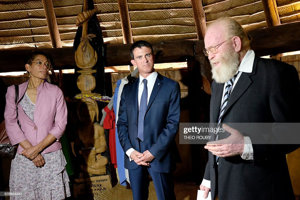 Gilbert Tein president of Kanak castom assembly (Senat coutumier Kanak) (R) welcomes French Prime Minister Manuel Valls (C) and French Overseas Territories Minister George Pau-Langevin (L) on April 29, 2016 in Noumea. / AFP / THEO