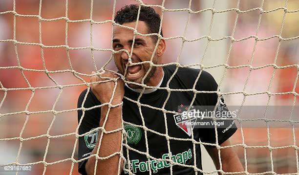 Gilberto of Sao Paulo reacts during the match between Sao Paulo and Santa Cruz for the Brazilian Series A 2016 at Pacaembu Stadium on December 11...