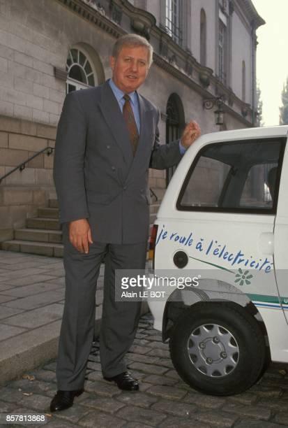 Gilles Menage le president d'Electricite de France presentant un vehicule electrique le 14 octobre 1994 a Nantes France