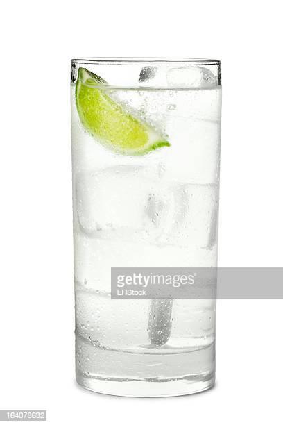 Gin and Tonic oder Limonade, isoliert auf weißem Hintergrund