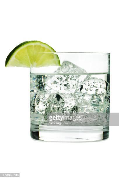 Gin tonique Cocktail ou de l'eau gazeuse dans un verre avec du citron vert