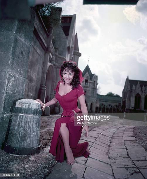 Gina Lollobrigida In The Film 'notre Dame De Paris' En 1956 dans les studios de BOULOGNEBILLANCOURT lors du tournage du film Gina LOLLOBRIGIDA en...