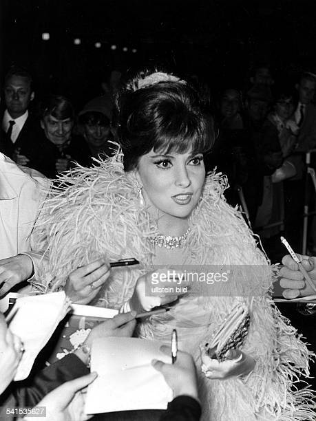 Gina Lollobrigida*Schauspielerin Italiengibt auf dem Filmball während der Filmfestspiele in Berlin Autogramme Juli 1965