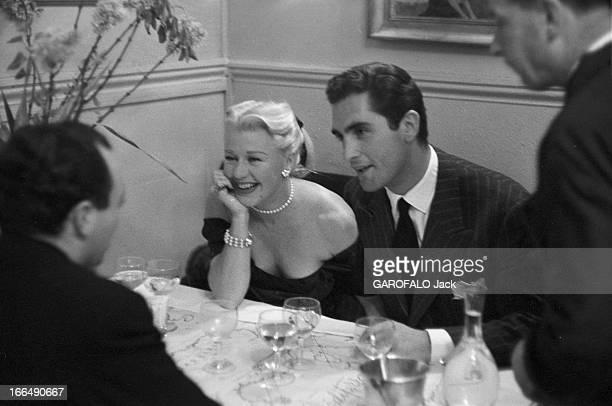 Ginger Rogers And Her Husband Jacques Bergerac 1953 Ginger ROGERS et son mari Jacques BERGERAC en amoureux dans un restaurant L'actrice riante dans...
