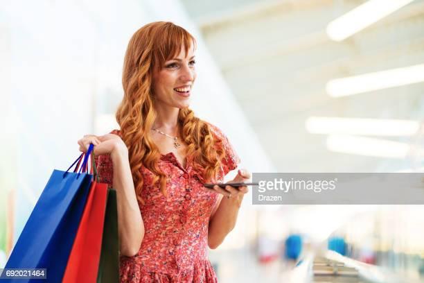 Ingwer-Frau mit Einkaufstüten