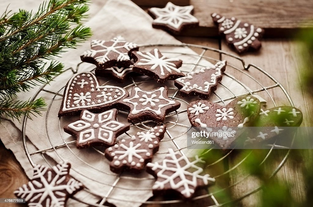 Gingerbread decorated with sugar icing on cooling rack