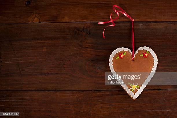 Lebkuchen-Herzen auf Holz