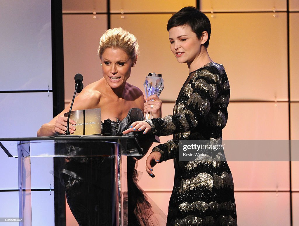 <a gi-track='captionPersonalityLinkClicked' href=/galleries/search?phrase=Ginnifer+Goodwin&family=editorial&specificpeople=215039 ng-click='$event.stopPropagation()'>Ginnifer Goodwin</a> (R) presents <a gi-track='captionPersonalityLinkClicked' href=/galleries/search?phrase=Julie+Bowen&family=editorial&specificpeople=244057 ng-click='$event.stopPropagation()'>Julie Bowen</a> with the Best Comedy Actress onstage during The Broadcast Television Journalists Association Second Annual Critics' Choice Awards at The Beverly Hilton Hotel on June 18, 2012 in Beverly Hills, California.