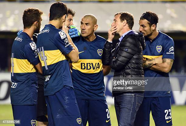 Gino Peruzzi Guillermo Burdisso Agustin Orion Daniel Diaz coach Rodolfo Arruabarrena and Daniel Osvaldo of Boca Juniors talk while a second leg match...