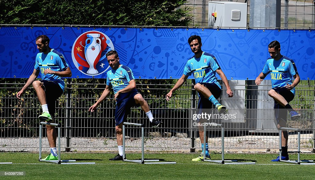 <a gi-track='captionPersonalityLinkClicked' href=/galleries/search?phrase=Giorgio+Chiellini&family=editorial&specificpeople=605793 ng-click='$event.stopPropagation()'>Giorgio Chiellini</a>, <a gi-track='captionPersonalityLinkClicked' href=/galleries/search?phrase=Emanuele+Giaccherini&family=editorial&specificpeople=6675873 ng-click='$event.stopPropagation()'>Emanuele Giaccherini</a>, <a gi-track='captionPersonalityLinkClicked' href=/galleries/search?phrase=Marco+Parolo&family=editorial&specificpeople=6474753 ng-click='$event.stopPropagation()'>Marco Parolo</a> and <a gi-track='captionPersonalityLinkClicked' href=/galleries/search?phrase=Mattia+De+Sciglio&family=editorial&specificpeople=8709670 ng-click='$event.stopPropagation()'>Mattia De Sciglio</a>of Italy in action during the training session at 'Bernard Gasset' Training Center on June 28, 2016 in Montpellier, France.