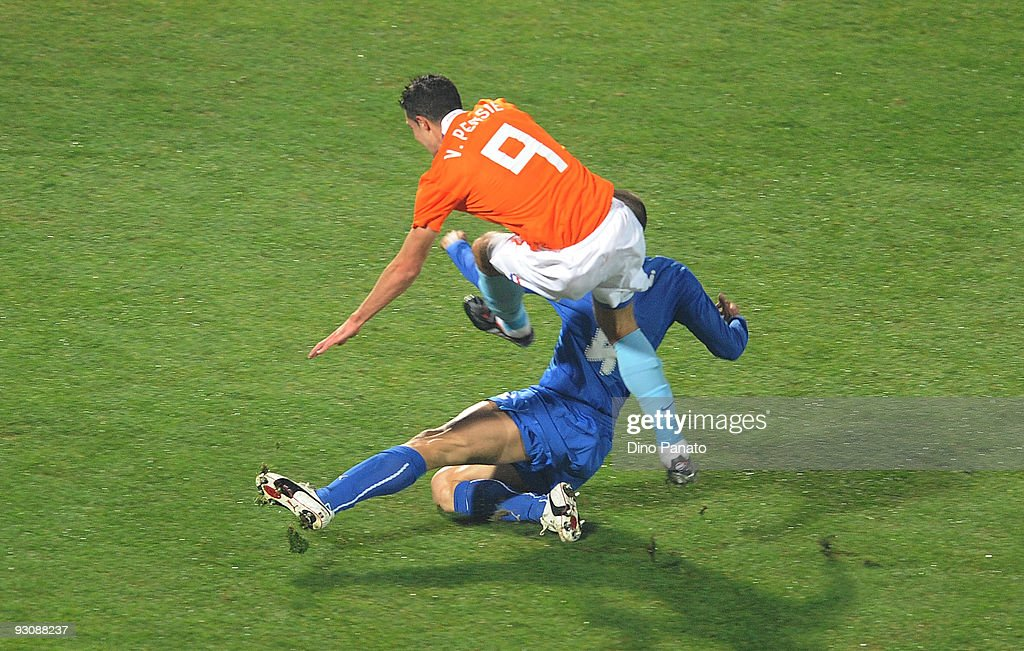 Giorgio Chiellini (R) of Italy and Robin Van Persie of Holand an injury during the International Friendly Match between Italy and Holland at Adriatico Stadium on November 14, 2009 in Pescara, Italy.