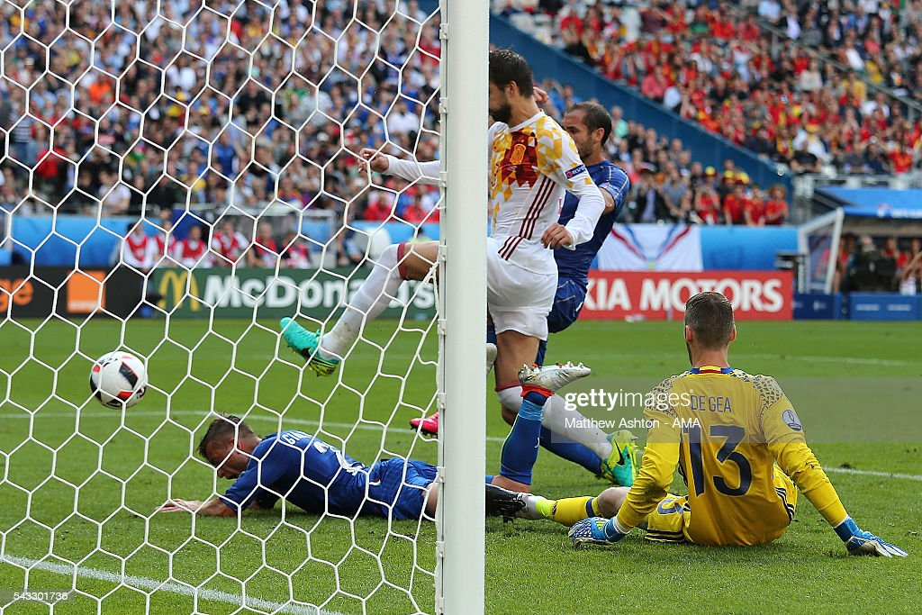 <a gi-track='captionPersonalityLinkClicked' href=/galleries/search?phrase=Giorgio+Chiellini&family=editorial&specificpeople=605793 ng-click='$event.stopPropagation()'>Giorgio Chiellini</a> of Italy scores a goal to make the score 1-0 during the UEFA Euro 2016 Round of 16 match between Italy and Spain at Stade de France on June 27, 2016 in Paris, France.