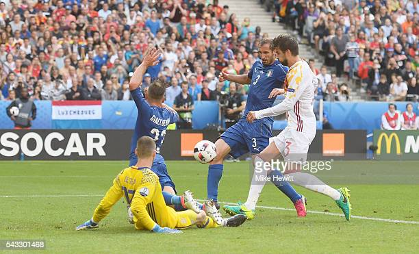 Giorgio Chiellini of Italy scores the opening goal during the UEFA EURO 2016 round of 16 match between Italy and Spain at Stade de France on June 27...
